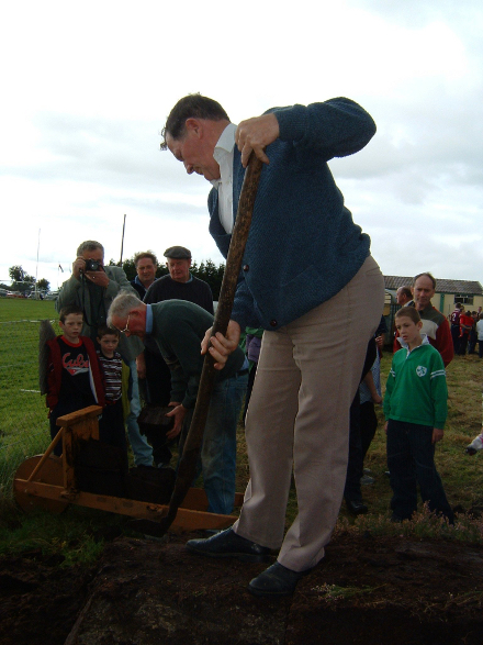 Mautie Connaughton Ballyroe gives a demonstration in turf cutting and Eamon Finnegan, Bookla